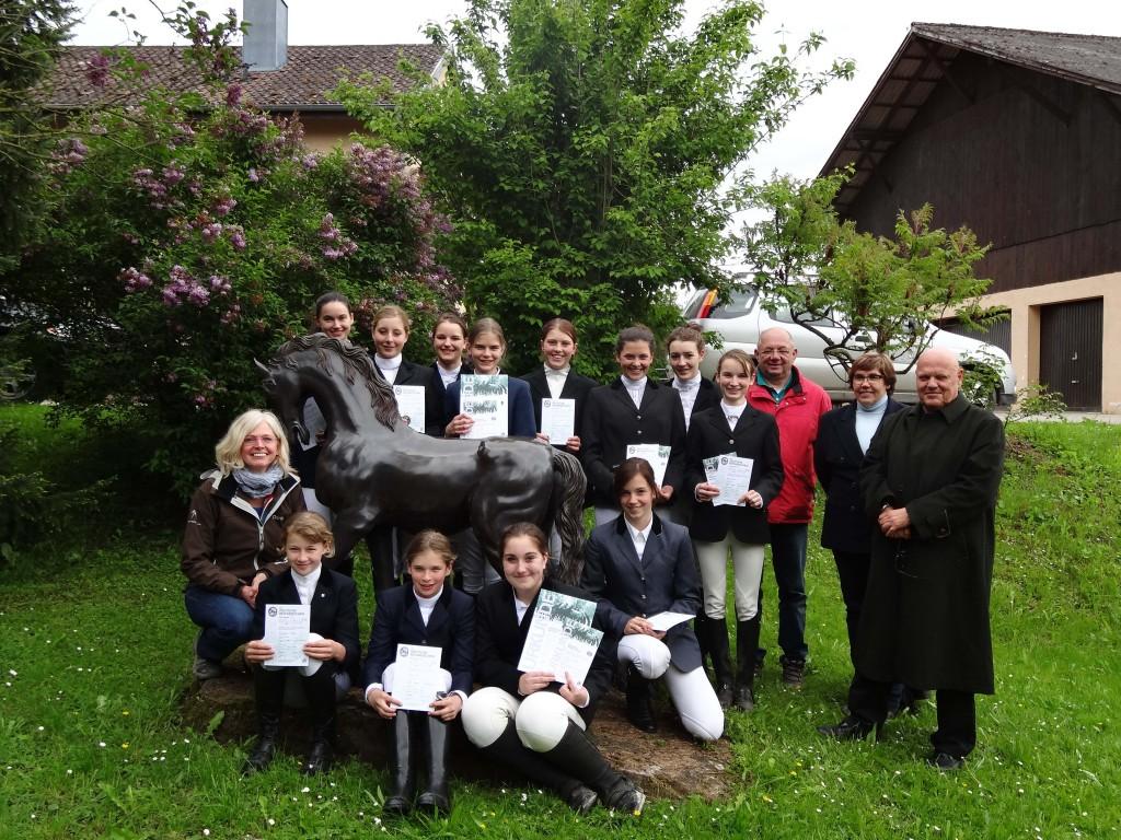 Gruppenfoto nach erfolgreichem Abschluss der Prüfungen 2013